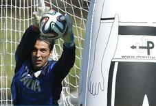 Goleiro da Itália Gianluigi treina em Mangaratiba (RJ). 17/6/2014  REUTERS/Alessandro Garofalo