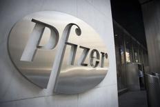 Pfizer est l'une des valeurs à suivre sur les marchés américains, le géant pharmaceutique prévoyant de prendre une participation d'environ 10% dans la biotech française Cellectis dans le cadre d'un accord de collaboration annoncé mercredi et qui fait flamber le titre de Cellectis à la Bourse de Paris. /Photo d'archives/REUTERS/Andrew Kelly