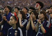 Болельщики сборной Японии смотрят матч чемпионата мира Япония - Кот-д'Ивуар в Токио 15 июня 2014 года. Япония в ночь на пятницу сыграет с Грецией в матче группы С чемпионата мира в Бразилии. REUTERS/Yuya Shino