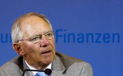 Le ministre des Finances allemand Wolfgang Schäuble a déclaré jeudi qu'il était plus préoccupé par le risque d'une bulle immobilière en Allemagne que par celui d'une déflation dans la zone euro. /Photo prise le 5 juin 2014/REUTERS/Thomas Peter