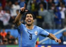 Atacante uruguaio Luis Suárez comemora gol contra a Inglaterra.   REUTERS/Tony Gentile