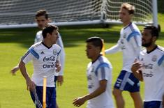 Lionel Messi, da seleçào da Argentina, se aquece ao lado de companheiros de time durante treino em Belo Horizonte. 20/06/2014. REUTERS/Sergio Perez