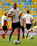 Zagueiro da Bélgica Vincent Kompany treina no Maracanã, no Rio de Janeiro. 21/06/2014.  REUTERS/Tony Gentile