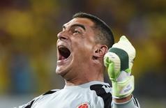 Goleiro Mondragón comemora gol da Colômbia contra o Japão.   REUTERS/Dylan Martinez