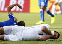 Jogador uruguaio Luis Suárez reage após trombada com o jogador italiano Giorgio Chiellini durante partida pelo Grupo D da Copa do Mundo, na Arena das Dunas, em Natal. 24/06/2014. REUTERS/Tony Gentile