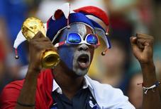 Фанат сборной Франции перед матчем против Швейцарии в Салвадоре 20 июня 2014 года.  Франция в ночь на четверг сыграет с командой Эквадора в матче группы Е чемпионата мира по футболу в Бразилии. REUTERS/Dylan Martinez