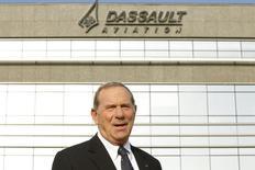 Groupe Dassault a fait évoluer sa gouvernance pour permettre au directeur général Charles Edelstenne de succéder automatiquement au PDG Serge Dassault en cas de vacance de la présidence. /Photo d'archives/REUTERS/Benoît Tessier