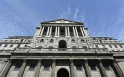 Imagen de archivo del Banco de Inglaterra es visto en la ciudad de Londres, 7 de agosto de 2013. El Banco de Inglaterra (BOE por sus siglas en inglés) aplicó los frenos el jueves al mercado de la vivienda de Gran Bretaña con el anuncio de un límite a los créditos para la vivienda y de controles más estrictos sobre si los prestatarios pueden repagar sus hipotecas. REUTERS/Toby Melville