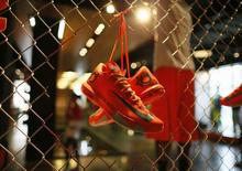 Кроссовки Nike в магазине компании в Санта-Монике, Калифорния 25 сентября 2013 года. Квартальные результаты американского производителя спорттоваров, одежды и обуви Nike Inc оказались лучше прогнозов, поскольку спрос на продукцию компании в Северной Америке и Западной Европе вырос после серьезных вложений в маркетинг накануне чемпионата мира 2014 года, проходящего сейчас в Бразилии. REUTERS/Lucy Nicholson