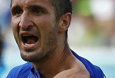 Jogador italiano Giorgio Chiellini mostra o ombro após ser mordido pelo uruguaio Luis Suárez durante partida pelo Grupo D da Copa do Mundo, na Arena das Dunas, em Natal. 24/06/2014.   REUTERS/Tony Gentile