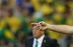 Técnico brasileiro Luiz Felipe Scolari gesticula para seus jogadores durante partida contra o México, na Arena Castelão, em Fortaleza. 17/6/2014 REUTERS/Marcelo Del Pozo