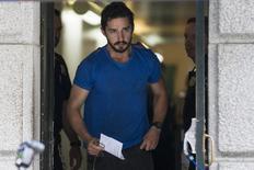 """El actor Shia LaBeouf sale de la corte de Nueva York, 27 de junio de 2014. El actor Shia LaBeouf, que protagonizó las películas de """"Transformers"""" y """"Nymphomaniac"""", fue arrestado en el interior del Studio 54 de Nueva York durante una actuación del performance """"Cabaret"""", dijo la policía. REUTERS/Brendan McDermid"""