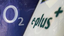 Imagen de archivo del logo de O2 Deutschland, filial de Telefónica, con el de E-Plus en una tienda de E-Plus en la localidad de Germering, cerca de Múnich, en julio del año pasado. El regulador de competencia de la Unión Europea ha aprobado con condiciones la compra de la filial de KPN E-Plus por parte de Telefónica después de que la operadora española acordó vender capacidad de red y espectro radioeléctrico. REUTERS/Michaela Rehle