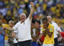 Felipão comemora vitória do Brasil sobre o Chile  ao lado de Neymar.  REUTERS/Toru Hanai