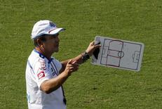 Técnico da Costa Rica, Jorge Luis Pinto, conduz treino da seleção, em Santos. 2/7/2014  REUTERS/Paulo Whitaker