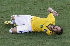 Neymar se machuca após sofrer joelhada de colombiano Zuñiga, em Fortaleza. 04/07/2014. REUTERS/Leonhard Foeger