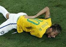 Neymar sofre joelhada nas costas em partida contra a Colômbia, na arena Castelão, em Fortaleza.  4/7/2014.  REUTERS/Fabrizio Bensch