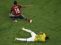 Neymar sente dor nas costas após levar uma joelhada do colombiano Camilo Zúñiga durante jogo entre Brasil e Colômbia pelas quartas de final da Copa do Mundo, em Fortaleza, nesta sexta-feira. 04/07/2014 REUTERS/Fabrizio Bensch