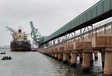 En la imagen, un nuevo convoy transporta concentrados de mineral a un barco en el puerto peruano de Callao, en Lima. 29 de mayo, 2014.  Perú registró un déficit comercial de 746,3 millones de dólares en mayo, informó el sábado el Banco Central, ante un persistente declive de sus vitales exportaciones de minerales. REUTERS/Enrique Castro-Mendivil