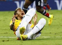 Neymar grita de dor após joelhada nas costas dada por colombiano Zuñiga. 05/07/2014. REUTERS/Stefano Rellandini