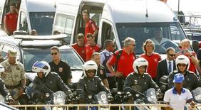 Polícia brasileira faz guarda do transporte da seleção da Alemanha em Santa Cruz Cabrália (BA). 7/7/2014 REUTERS/Arnd Wiegmann