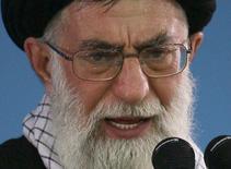 Верховный лидер Ирана аятолла Али Хаменеи выступает в Тегеране 8 января 2007 года. Верховный лидер Ирана аятолла Али Хаменеи заявил, что его стране необходимо значительно увеличить число центрифуг для обогащения урана, подчеркнув разрыв позиций между Тегераном и мировыми державами на фоне текущих переговоров. REUTERS/Stringer