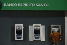 Мужчина у банкоматов Banco Espirito Santo в Лиссабоне 20 июня 2014 года. Периферийные страны зоны евро вновь стали причиной для беспокойства инвесторов: проблемы крупнейшего банка Португалии вызвали снижение акций и подавили спрос на облигации, выпущенные Грецией. REUTERS/Rafael Marchante