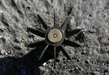 Фрагмент боеприпаса 120-мм миномета близ Славянска, 17 мая 2014 года. Страх перед минами тормозит сбор урожая зерновых на полях востока Украины, где третий месяц продолжается война Киева с пророссийскими сепаратистами. REUTERS/Yannis Behrakis