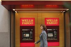 Wells Fargo, numéro un américain du crédit immobilier, a enregistré une légère hausse de son bénéfice au deuxième trimestre et déclare percevoir un certain nombre de signes témoignant de l'amélioration de l'économie américaine, même si son activité de crédit immobilier a marqué le pas. /Photo d'archives/REUTERS/Robert Galbraith