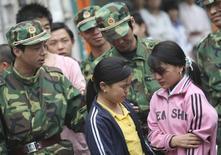 Две девушки, спасенные с завода в Донгуане 28 апреля 2008 года. Корейская Samsung Electronics Co Ltd временно прекратила сотрудничество с китайским поставщиком, которого подозревает в использовании детского труда, сообщила компания меньше чем через неделю после того, как с подобными обвинениями в адрес китайской компании выступила американская правозащитная группа. REUTERS/China Daily