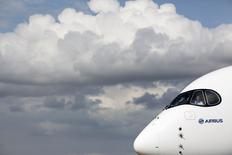 Airbus Group parmi les valeurs à suivre à la Bourse de Paris. L'avionneur annoncera lors du salon aéronautique de Farnborough, qui s'ouvre ce lundi près de Londres, le lancement d'une version remotorisée de son long-courrier A330. /Photo prise le 13 juillet 2014/REUTERS/Kieran Doherty