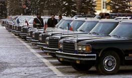 Лимузины в Кремле 25 января 2000 года.  Власти РФ в понедельник запретил государственные закупки импортных автомобилей, что заставит чиновников и бюджетников пересесть на машины отечественной сборки. REUTERS/Sergei Karpukhin