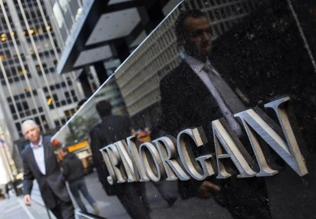 People walk by the JP Morgan & Chase Co. building in New York October 24, 2013.  REUTERS/Eric Thayer