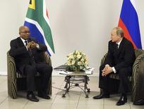 El presidente de Rusia, Vladimir Putín (D), habla con el presidente de Sudáfrica, Jacob Zuma (I), durante su reunión en Fortaleza, 15 de julio de 2014. Horas antes de lanzar su banco de desarrollo, las naciones del BRICS no se habían puesto de acuerdo sobre dónde estará basada la nueva institución, dijo el lunes por la noche a Reuters un funcionario involucrado en las negociaciones. REUTERS/Mikhail Klimentyev/RIA Novosti/Kremlin