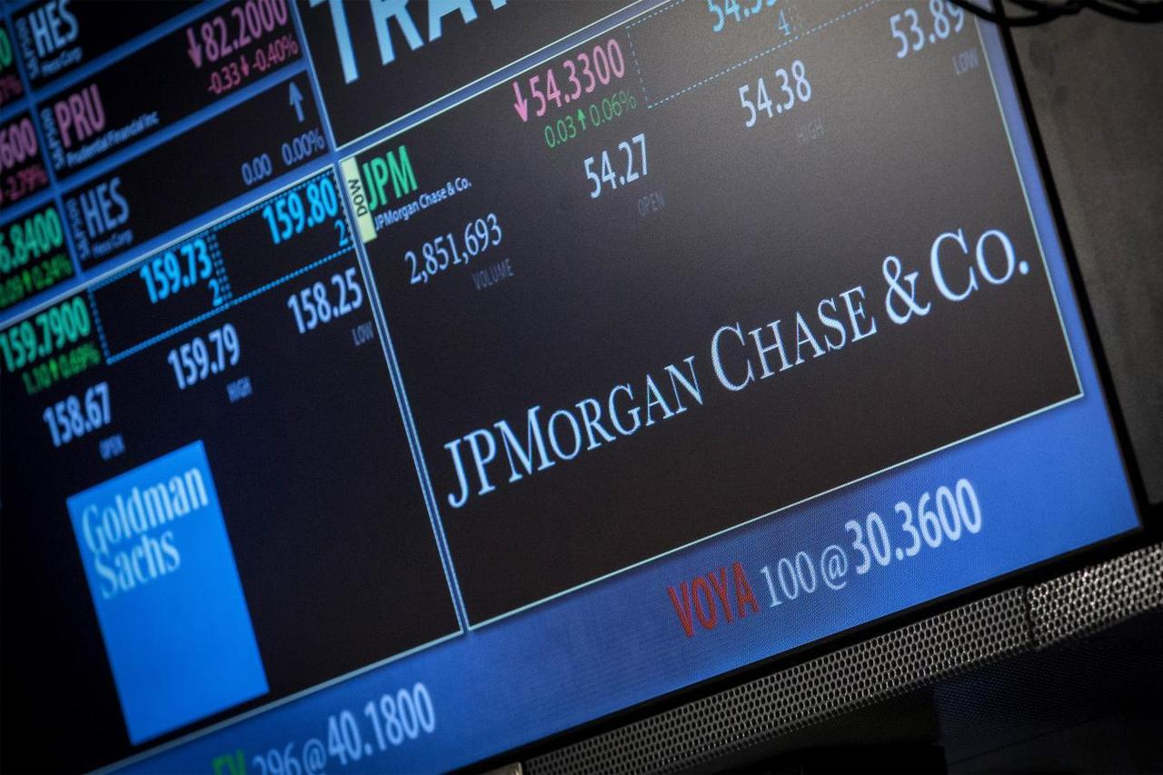 JPMorgan pulls back from mortgage lending on foreclosure worries