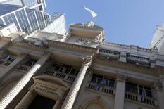 Imagen de archivo del frontis del Banco Central argentino en Buenos Aires, jun 16 2014. Argentina camina a un doloroso default de deuda si sigue resistiéndose a negociar un acuerdo con los acreedores que la demandaron por su cesación de pagos hace más de una década, advirtió el miércoles una asociación que reúne a los fondos que lideran el reclamo. REUTERS/Enrique Marcarian