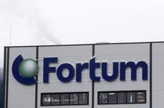 Логотип Fortum на электростанции в Елгаве, Латвия 3 февраля 2014 года. Финская энергетическая компания Fortum вряд ли сможет достичь цели зарабатывать в России по 500 миллионов евро ($676 миллионов) с 2015 года из-за слабого рубля, сообщила компания в пятницу. REUTERS/ Ints Kalnins