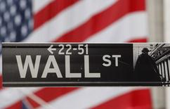 Wall Street a ouvert en baisse lundi, comme le laissaient présager les futures, les tensions en Ukraine et au Proche-Orient étant susceptibles de dicter à la Bourse son orientation en l'absence d'indicateurs économiques américains. Quelques minutes après l'ouverture, le Dow Jones cédait 0,44%, le S&P-500 lâchait 0,35% et le Nasdaq Composite perdait 0,27%. /Photo d'archives/  REUTERS/Chip East