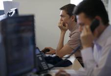 Трейдеры за работой на Московской бирже 3 июня 2014 года. Российские акции продолжают начатое накануне восстановление, которое многие участники торгов объясняют техническим отскоком на закрытии коротких позиций благодаря новостному фону, в последние два дня обходящемуся без серьезных неприятностей. REUTERS/Sergei Karpukhin