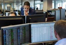 Работники Voya Russia Fund в офисе фонда в Гааге 14 мая 2014 года. Фонды, инвестирующие в российские активы, испытали один из самых существенных в этом году оттоков средств за неделю, завершившуюся 23 июля, пишут аналитики со ссылкой на данные EPFR. REUTERS/Michael Kooren