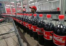 """Завод Coca-Cola в Кабуле 10 сентября 2006 года. Турецкая """"дочка"""" крупнейшего в мире производителя газировки Coca-Cola вложила $30 миллионов в строительство своего первого завода в Таджикистане и рассматривает экспорт напитков в соседний Афганистан, сообщил Душанбе. REUTERS/Ahmad Masood"""