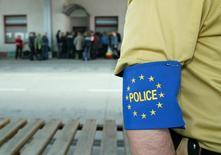 Пограничник Евросоюза на польско-украинской границе 18 апреля 2005 года. Официальные лица проведут на следующей неделе новый раунд обсуждения санкций против секторов экономики России, сообщили в пятницу европейские дипломаты. Katarina Stolyz/Reuters