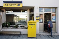 La Poste a été autorisée par l'Arcep à augmenter ses tarifs de 5,2% par an sur la période 2015-2018 afin de compenser la baisse structurelle du volume du courrier liée au développement des échanges par mail. /Photo d'archives/REUTERS/Eric Gaillard