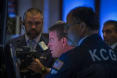 Unos operadores en la bolsa de Wall Street en Nueva York, jul 21, 2014. Las acciones caían el viernes en la bolsa de Nueva York arrastradas por resultados trimestrales decepcionantes de Amazon y Visa, que provocaban una venta generalizada que lideraba el sector de consumo discrecional. REUTERS/Brendan McDermid