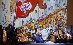 """Cantores se apresentam durante ensaio com figurino da ópera """"Charlotte Salomon"""", de Marc-Andre Dalbavie, em Salzburgo, na Áustria, na semana passada. 24/07/2014 REUTERS/Leonhard Foeger"""