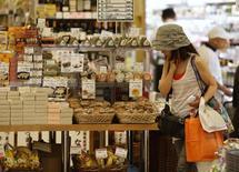 Les dépenses des ménages japonais ont moins baissé que prévu en juin en glissement annuel, reculant de 3,0% en glissement annuel, moins que la prévision médiane de -3,8% des économistes. /Photo prise le 29 juillet 2014/REUTERS/Yuya Shino