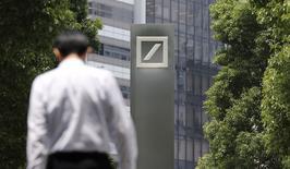 Логотип Deutsche Bank AG в Токио 16 июля 2014 года. Доналоговая квартальная прибыль Deutsche Bank выросла на 16 процентов в годовом исчислении до 917 миллионов евро, поскольку доход от торговли долговыми обязательствами остался стабильным.  REUTERS/Toru Hanai