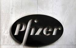 Логотип Pfizer на штаб-квартире компании в Нью-Йорке 5 ноября 2013 года. Крупнейшая фармкомпания США Pfizer обнародовала во вторник результаты за второй квартал, превзошедшие прогноз благодаря росту продаж препаратов для лечения рака. REUTERS/Adam Hunger