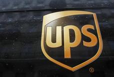 Логотип United Parcel Service на автомобиле в Варшаве 16 января 2013 года. Крупнейшая в мире служба экспресс-доставки United Parcel Service Inc объявила во вторник о снижении прогноза прибыли на этот год из-за новых инвестиций в преддверии праздничного сезона. REUTERS/Kacper Pempel