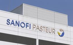 Завод Sanofi Pasteur под Лионом 14 марта 2014 года. Французский производитель медицинских препаратов Sanofi улучшил прогноз на 2014 год после того, как продемонстрировал превысившие прогнозы аналитиков показатели за второй квартал, увеличившиеся благодаря подразделению редких заболеваний и продажам на развивающихся рынках. REUTERS/Robert Pratta